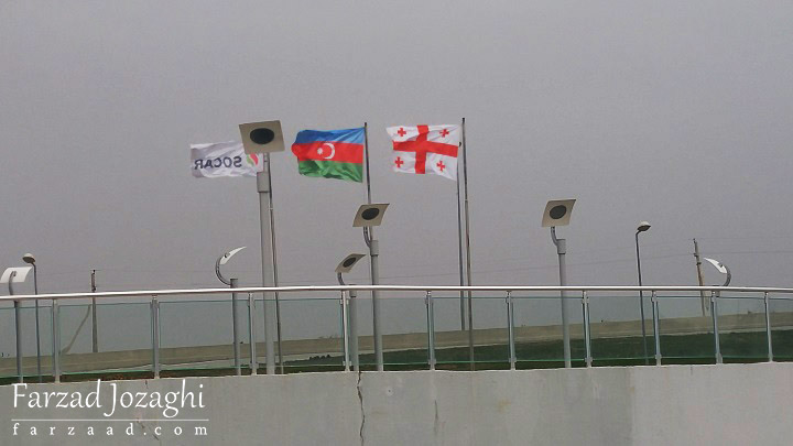 پرچم شرکت سوکار و جمهوری آذربایجان در کنار پرچم گرجستان
