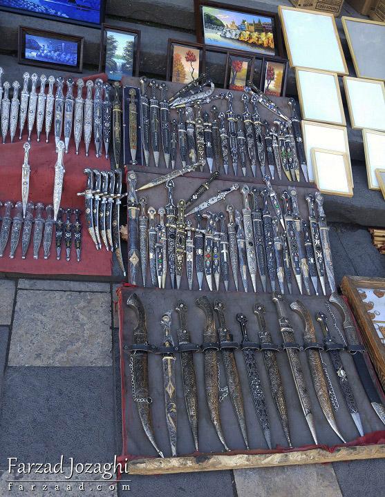فروش خنجر و چاقو در کنار خیابان الکساندر پوشکین