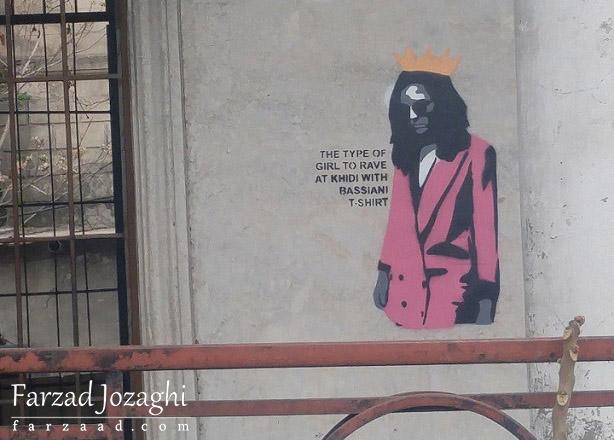 به محض ورود به تفلیس گرافیتیهای روی در دیوارها شروع میشن