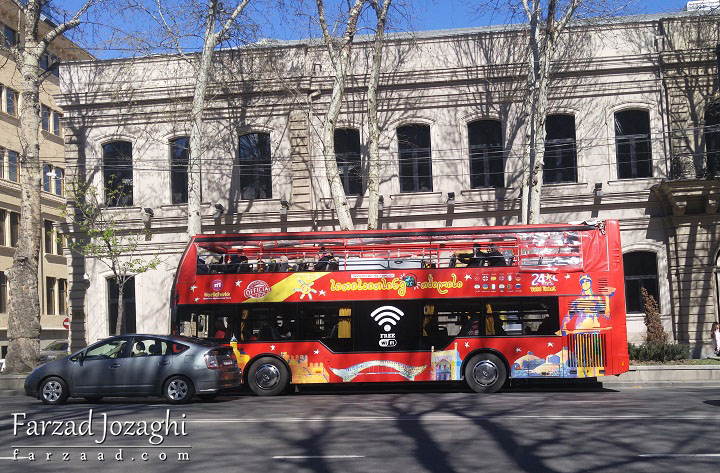 اتوبوس توریستی برای گردش در شهر تفلیس و دارای کاتالوگ شهر به دهها زبان!