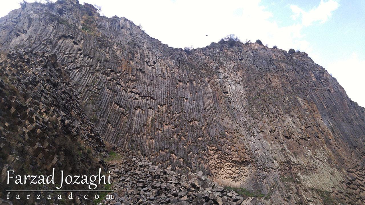 کوه گارنی با سنگ های رسوبی به شکل مکعب